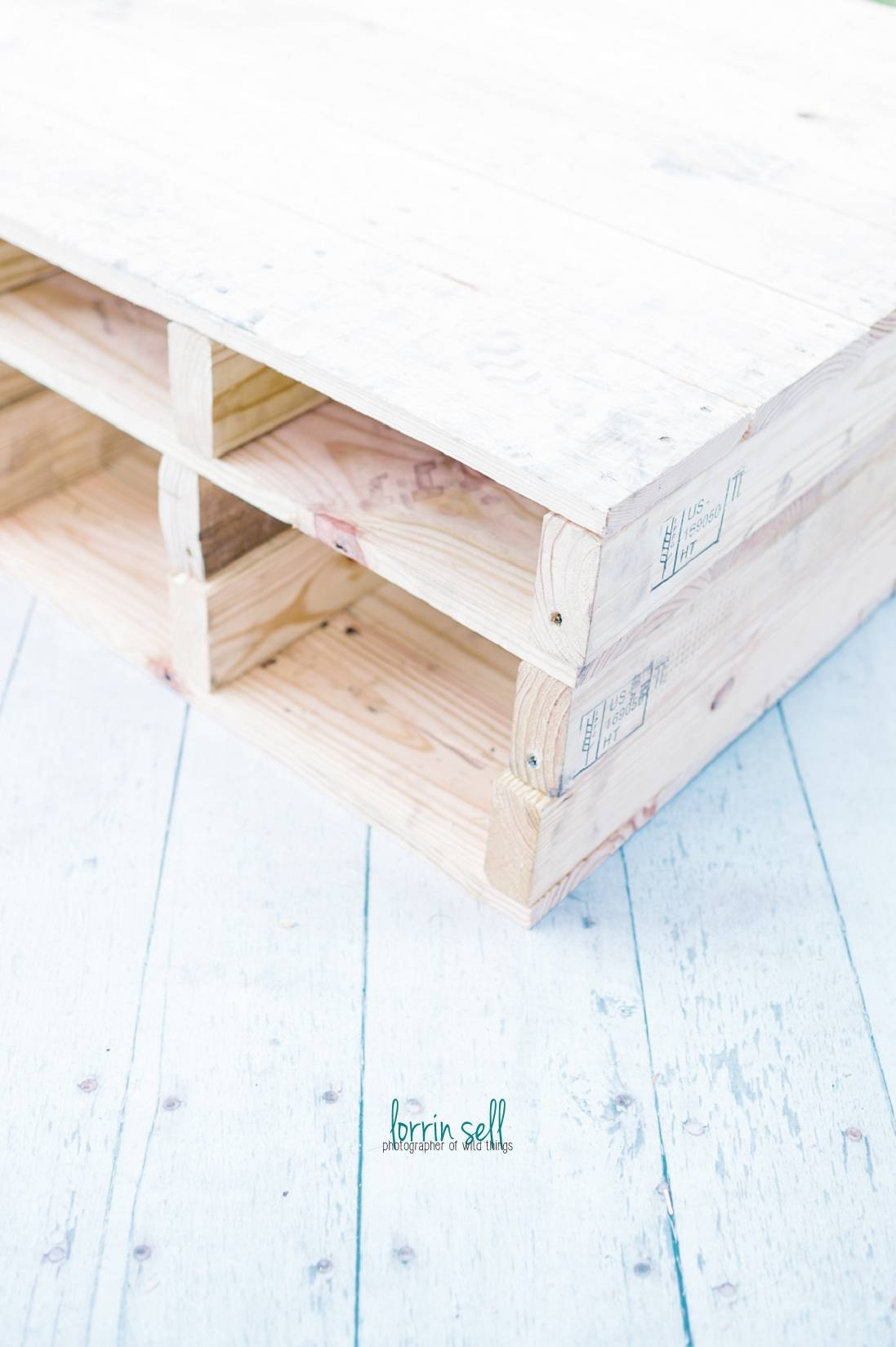 this is the coolest diy pallet coffee table and it only took me a few hours to make!