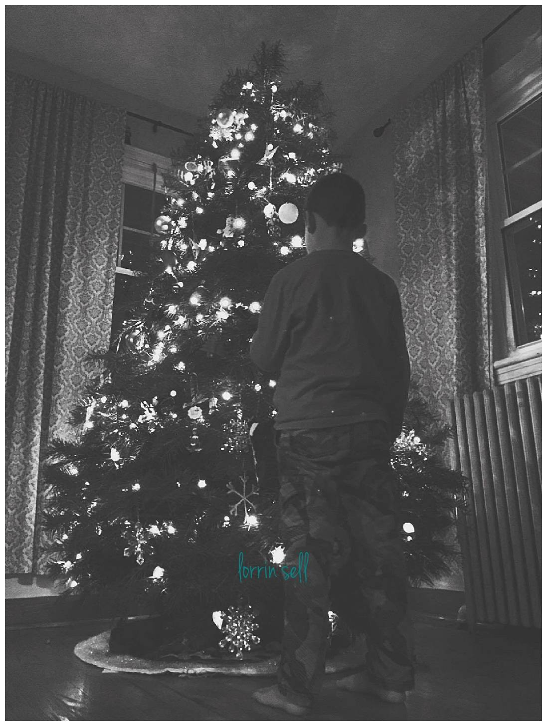 Everyone loves taking pictures of their Christmas tree. You can get amazing pictures even with your iphone!
